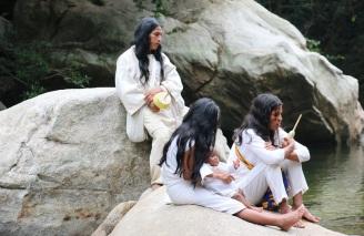 Gruppe Indianer am Wasser